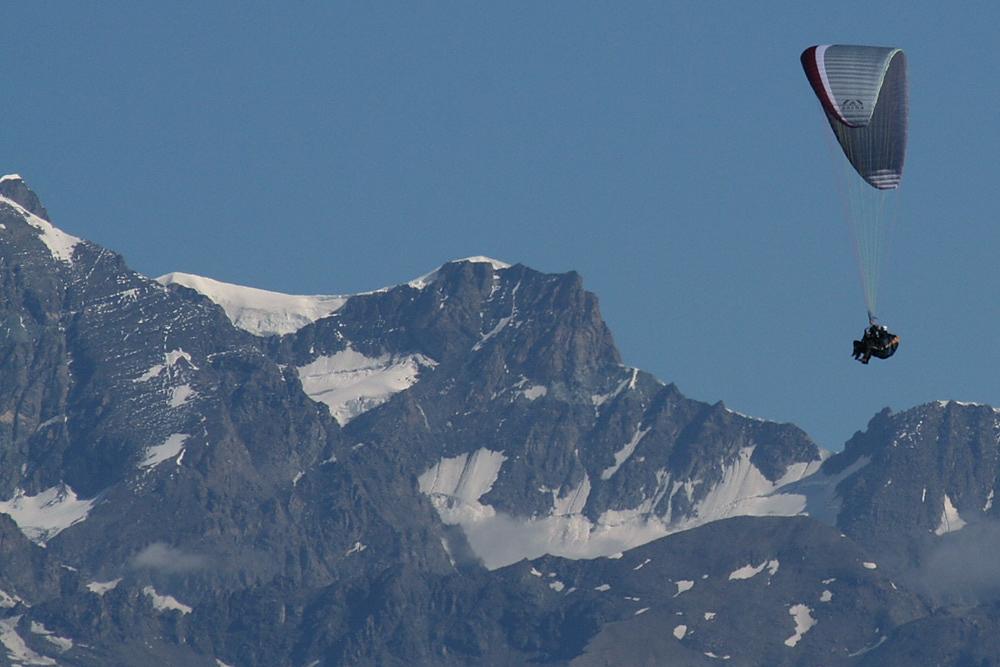 Volo in parapendio sulle alpi.